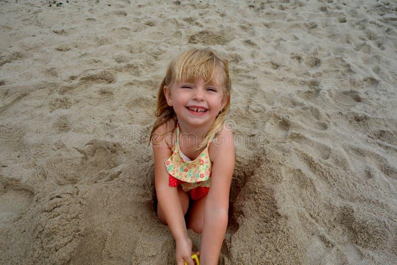 Uma rapariga que joga no <a href='http://www foto de stock royalty free