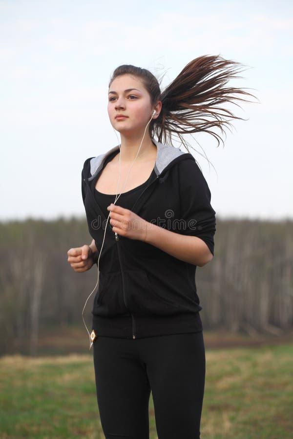 Uma rapariga que movimenta-se em um parque imagens de stock royalty free