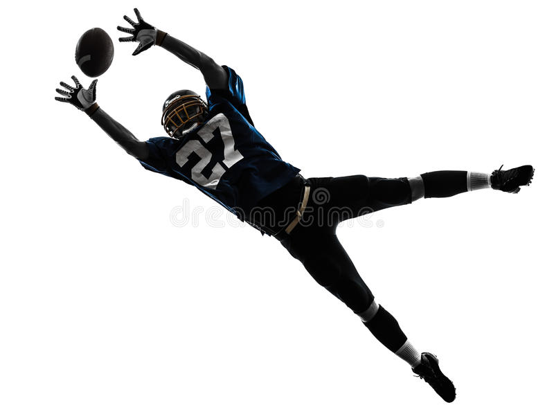 Homem do jogador de futebol americano que trava recebendo a silhueta imagens de stock