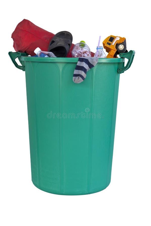 Uma reciclagem verde plástica grande encheu-se com o lixo foto de stock