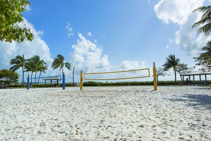 Uma rede do voleibol de praia em uma praia ensolarada, com palmeiras fotografia de stock