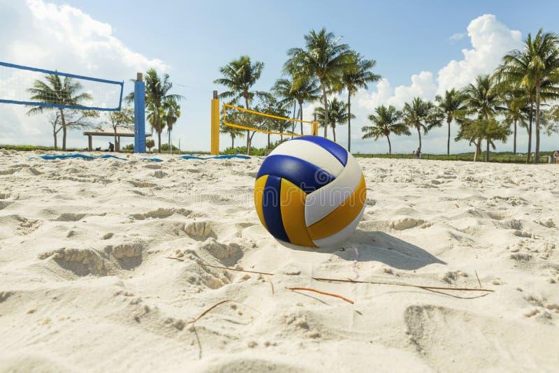 Uma rede do voleibol de praia em uma praia ensolarada, com palmeiras imagem de stock royalty free