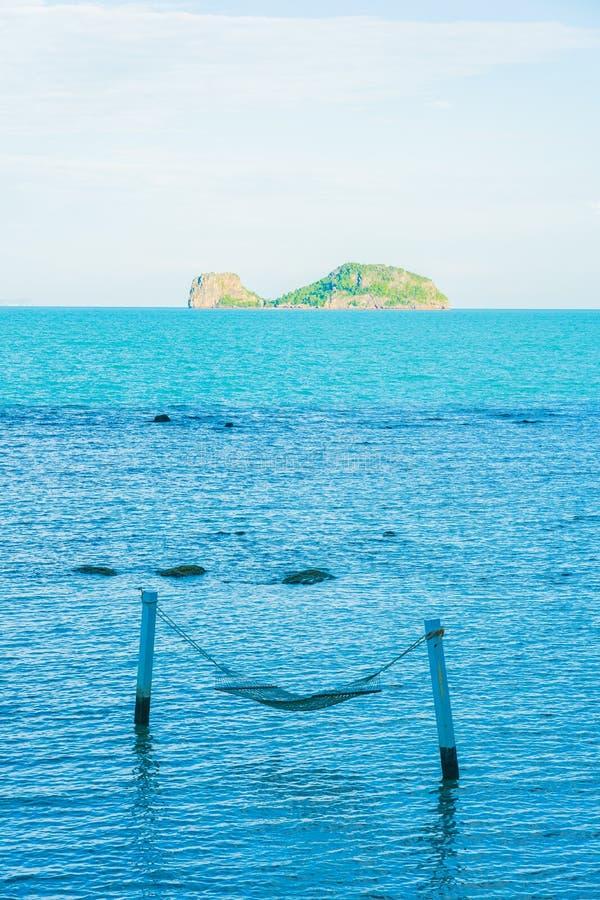Uma rede vazia ao redor do lindo oceano de praia para relaxar nas férias de férias foto de stock