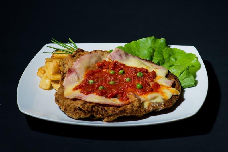 Uma refeição saudável - almoço ou jantar com salada e costeleta de carneiro imagem de stock