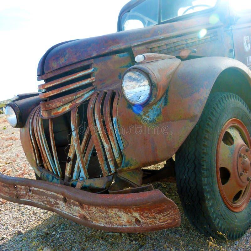 Uma relíquia do passado - Rusty Truck idoso foto de stock royalty free