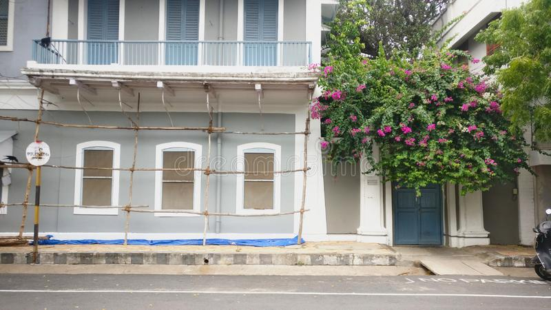 Uma renovação de construção do Ashram de Pondicherry na colônia francesa, Pondicherry, Índia foto de stock royalty free