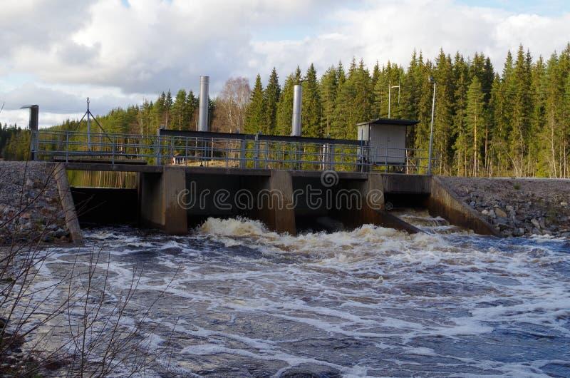 Uma represa em um lago fotos de stock royalty free