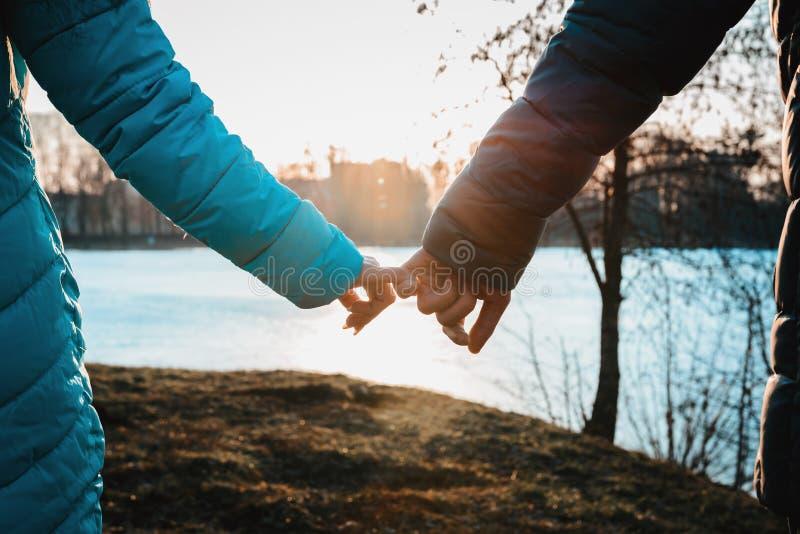 Uma reunião dos amantes no dia de Valentim no parque da cidade na noite foto de stock royalty free