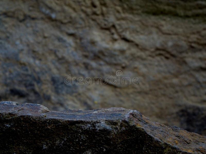 Uma rocha de Forgeground para uma prateleira de exposição imagens de stock