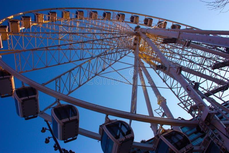 Uma roda de Ferris alta em contraste com o c?u azul fotografia de stock