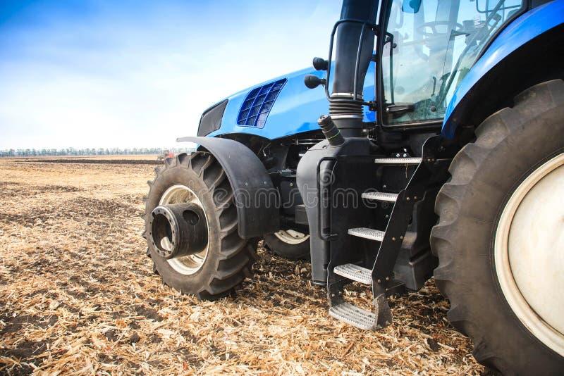 Uma roda de um trator que trabalha no fim do campo acima O conceito da agricultura foto de stock