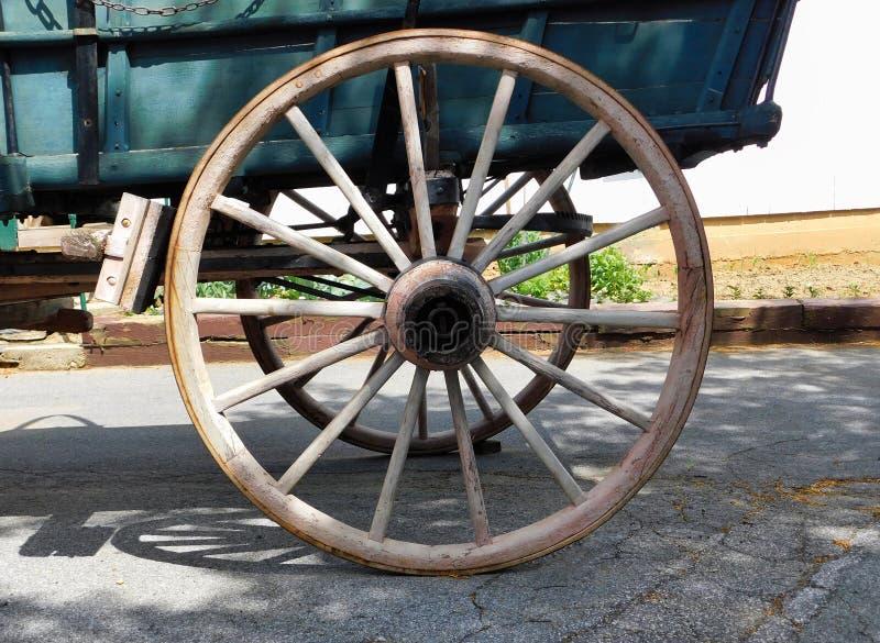 Uma roda de vagão de madeira fotos de stock