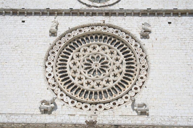 Uma roseta de mármore belamente decorada da janela na parede de uma igreja histórica fotos de stock royalty free
