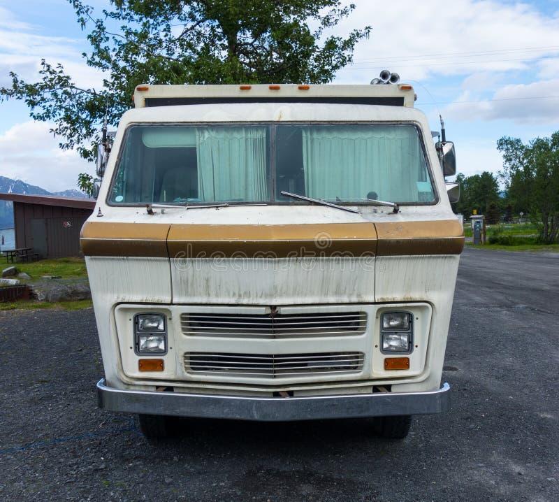 Uma roulotte velha em condições pristine em uma área de repouso em Alaska imagem de stock