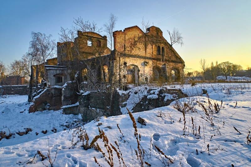 Uma ruína misteriosa de uma construção residencial velha, estarrecente e sinistro fotografia de stock