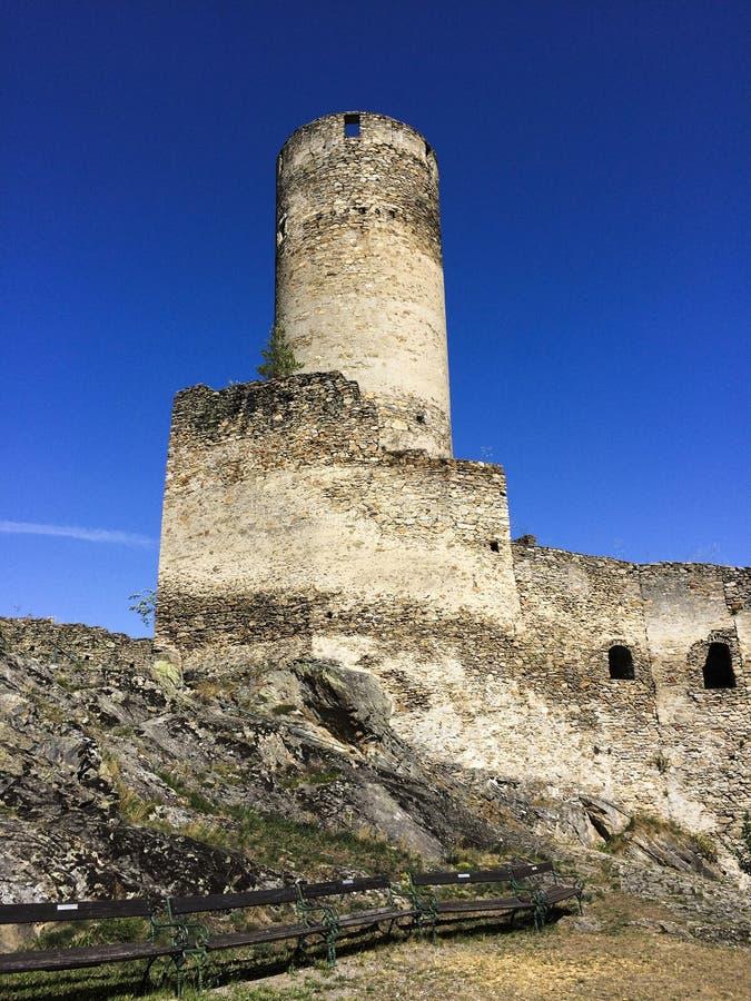 uma ruína velha do castelo na montanha foto de stock royalty free