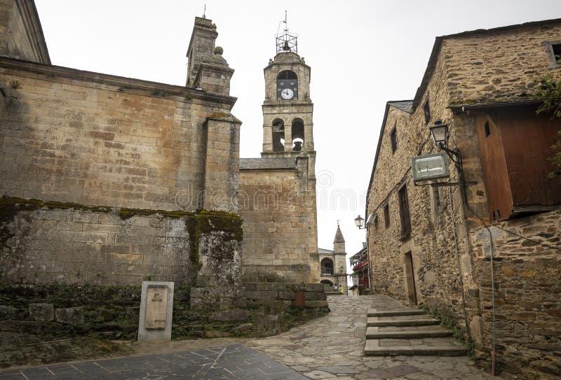 Uma rua cobbled e a torre de uma igreja em Puebla de Sanabria fotografia de stock royalty free