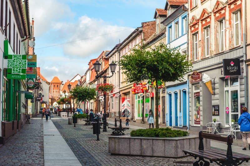 Uma rua com os cortiços coloridos em Dar?owo foto de stock royalty free