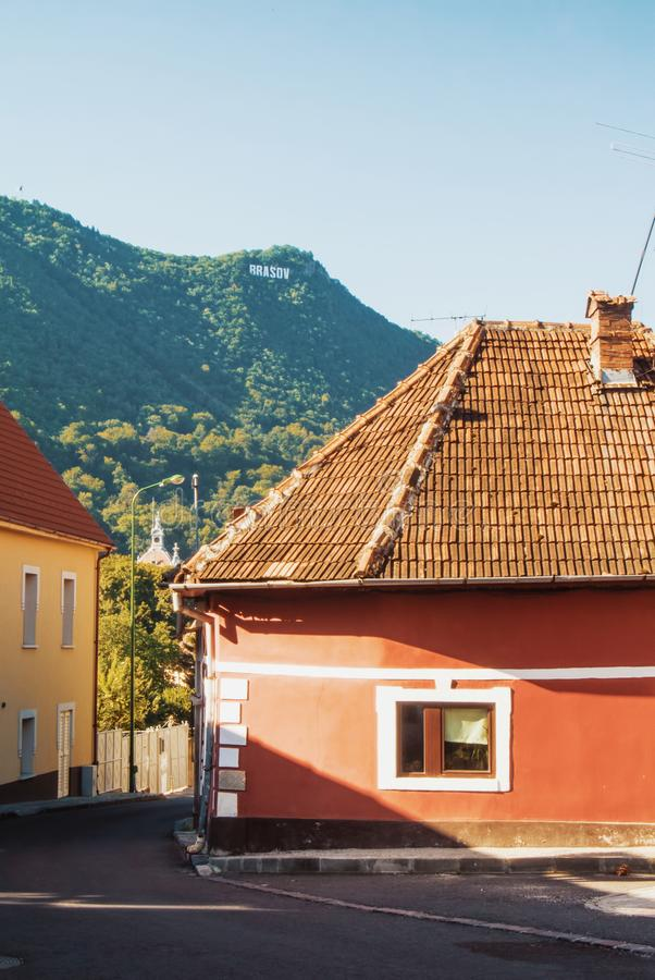 Uma rua com romanian tradicional do vintage medieval colorido velho fotos de stock royalty free