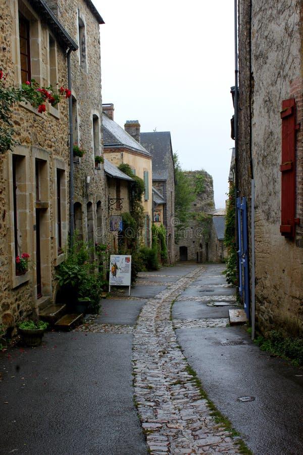 Uma rua da cidade medieval o castelo de Sainte Suzanne foto de stock royalty free