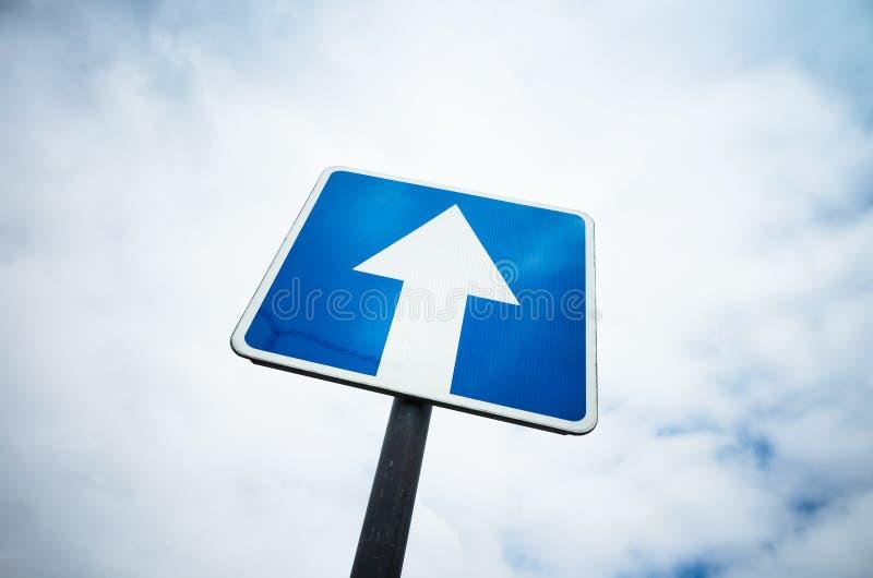 Uma rua de maneira, estrada azul assina sobre o fundo do céu fotografia de stock