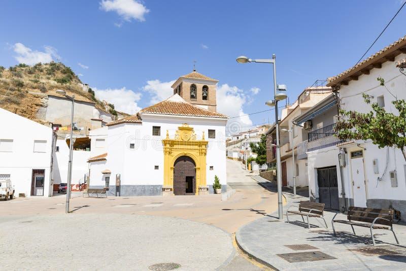 Uma rua e a igreja na cidade de Graena fotos de stock