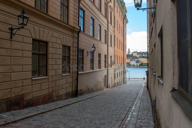 Uma rua em Riddarholmen, uma parte da cidade velha de Éstocolmo imagens de stock royalty free