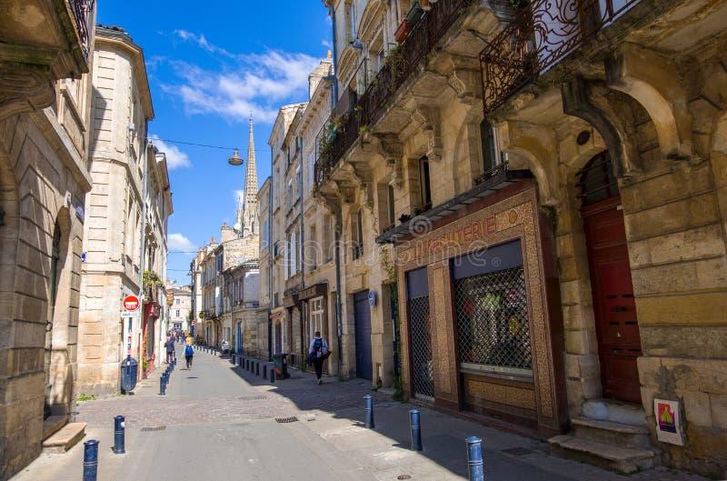 Uma rua estreita com construções residenciais velhas no centro histórico do Bordéus, França foto de stock royalty free