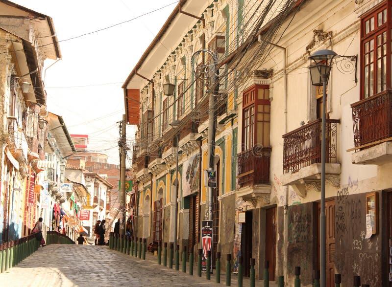 Uma rua estreita em La Paz imagem de stock royalty free