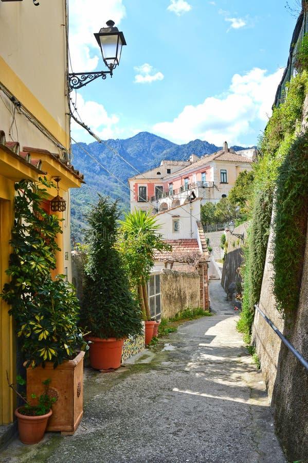 Uma rua estreita na vila de Raito na costa de Amalfi fotografia de stock