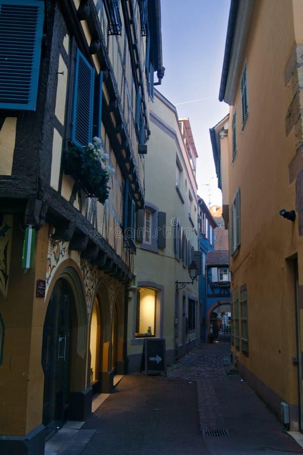 Uma rua estreita vazia em Colmar na manhã fotografia de stock