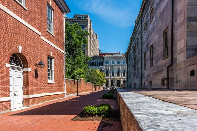 Uma rua histórica e construções de Philadelphfia foto de stock royalty free