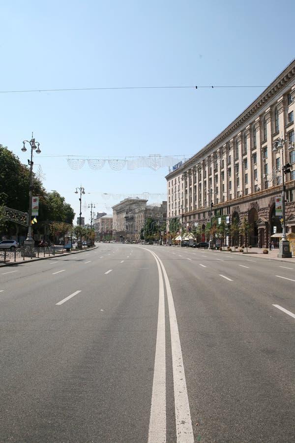 Uma rua larga, vazia na cidade fotos de stock royalty free