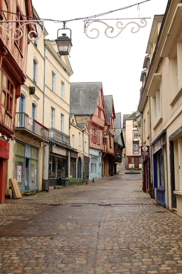 Uma rua medieval em Laval, Pays de la Loire, França fotografia de stock