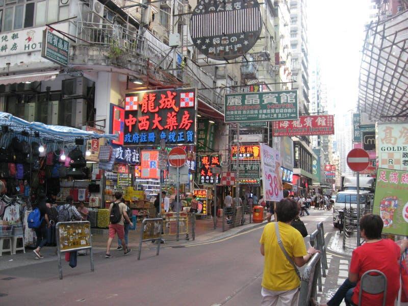 Uma rua movimentada com mercado em Mong Kok, Hong Kong fotografia de stock royalty free