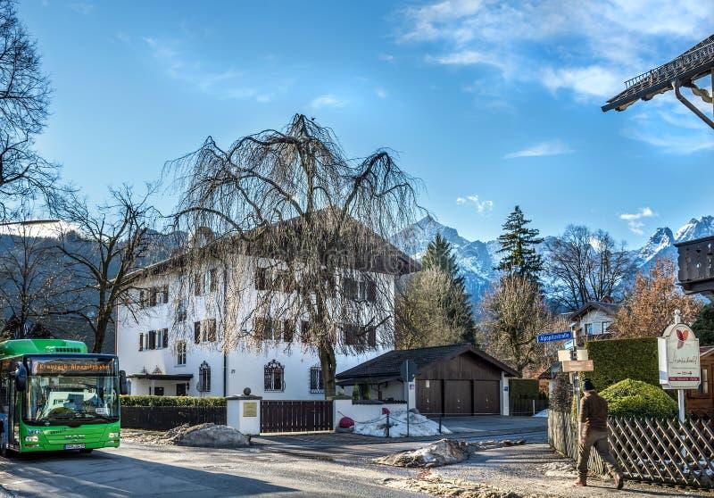 Uma rua na cidade de Garmisch-Partenkirchen em cumes bávaros fotos de stock royalty free