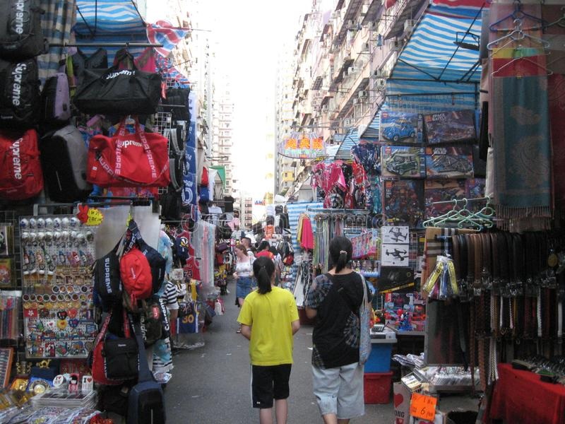 Uma rua ocupada do mercado em Mong Kok, Hong Kong foto de stock