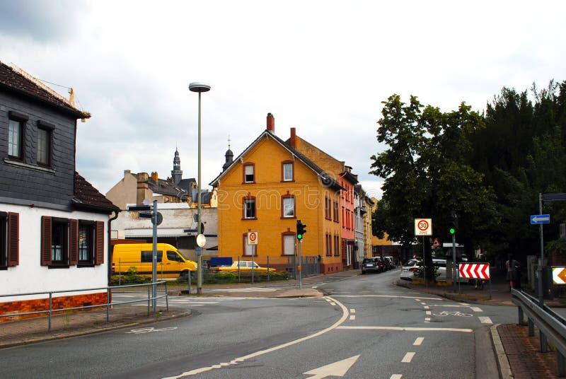 Uma rua pequena com casas e os carros estacionados Francoforte - am - cano principal germany fotos de stock royalty free