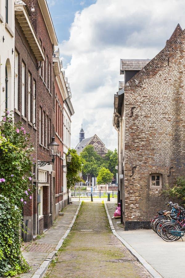 Uma rua pequena em Maastricht foto de stock royalty free