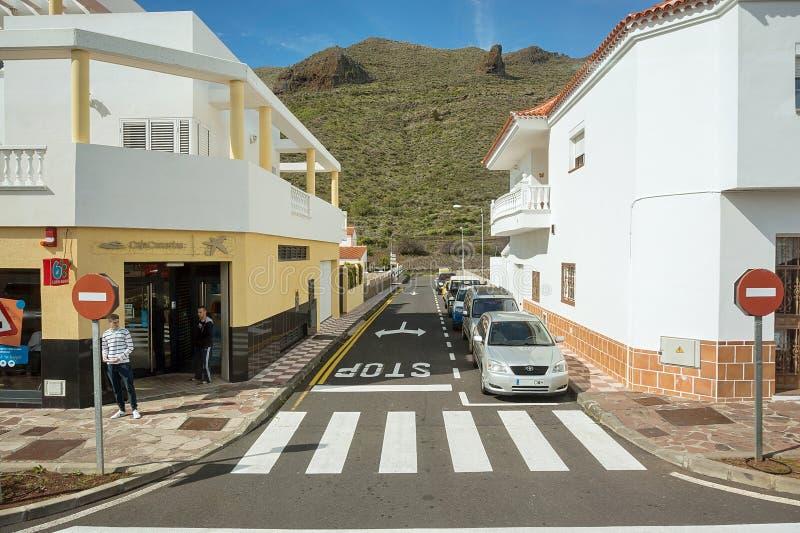 Uma rua pequena que negligencia a montanha, na cidade espanhola fotos de stock royalty free