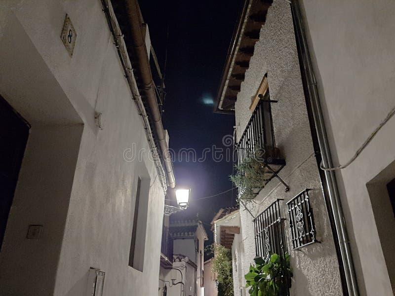 Uma rua tranquila à noite em Granada, Espanha imagem de stock royalty free