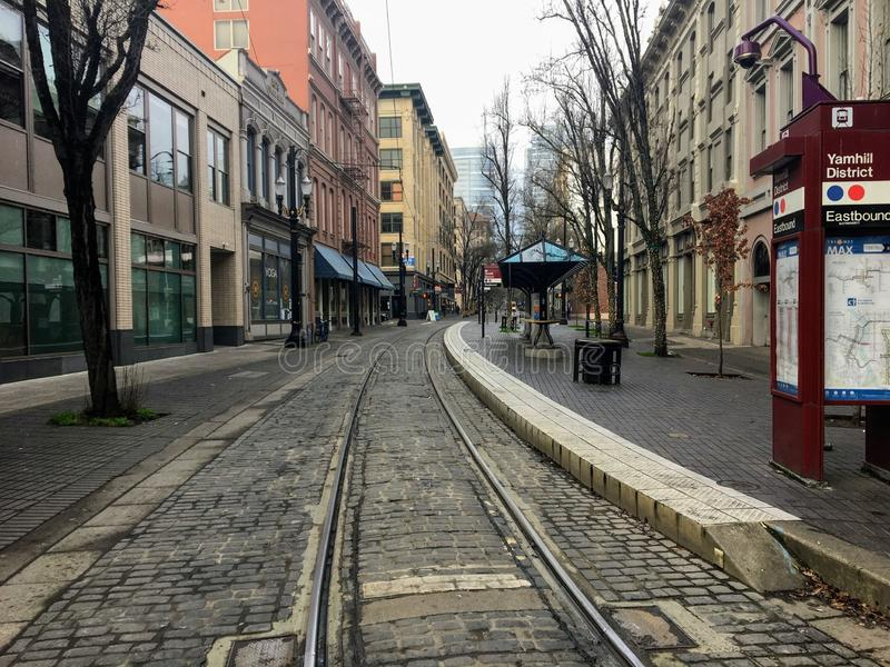 Uma rua vazia do centro da cidade olhando direto para o trilho do carro, em um dia de inverno tranquilo em Portland, Oregon, Esta foto de stock royalty free