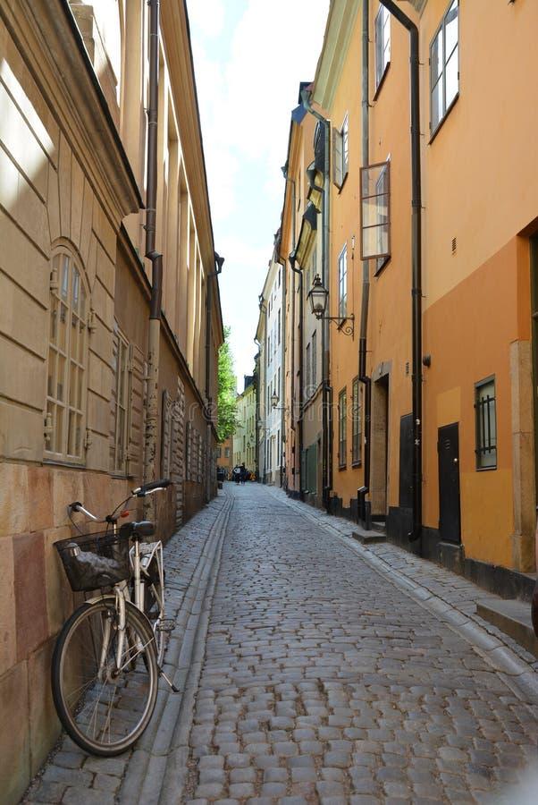 Uma rua velha na cidade velha do ` s de Éstocolmo foto de stock royalty free