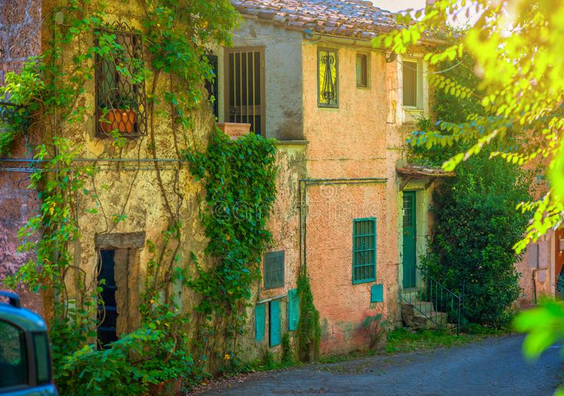 Uma rua velha na cidade italiana no nascer do sol fotografia de stock