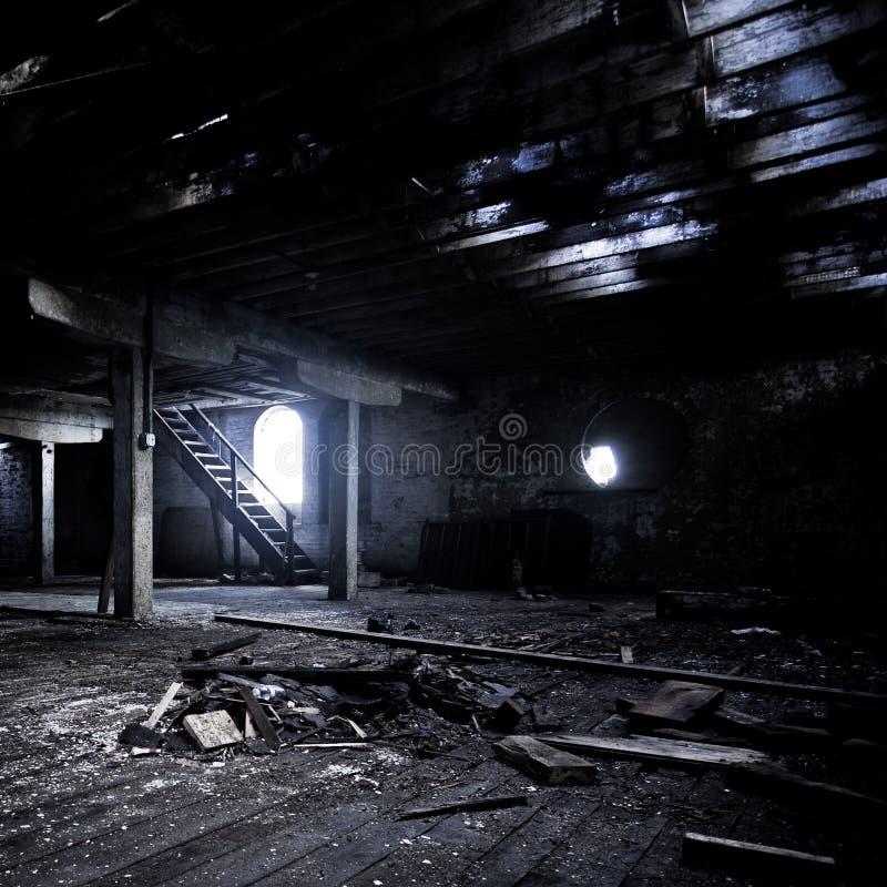 Uma sala abandonada com uma estrutura de madeira velha foto de stock royalty free