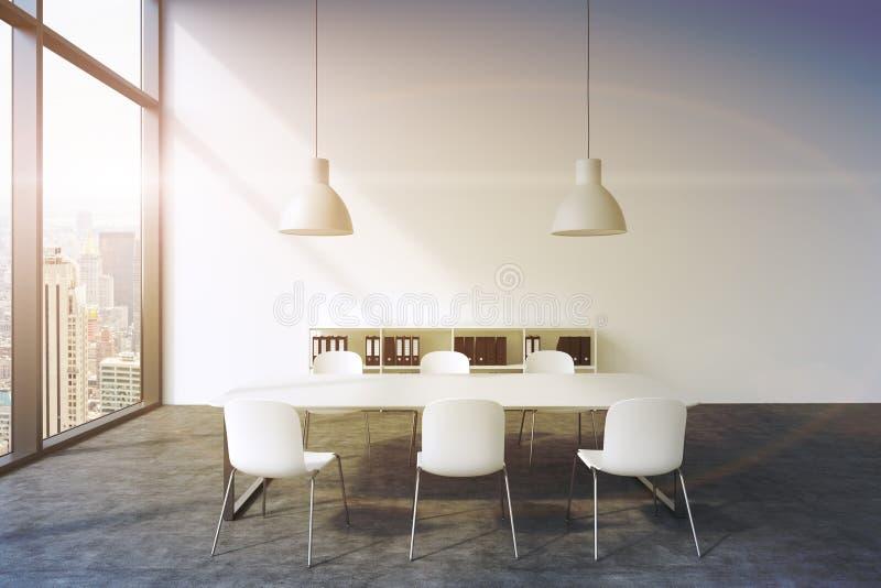 Uma sala de conferências em um escritório panorâmico moderno em New York Tabela branca, cadeiras brancas, duas luzes de teto bran ilustração royalty free