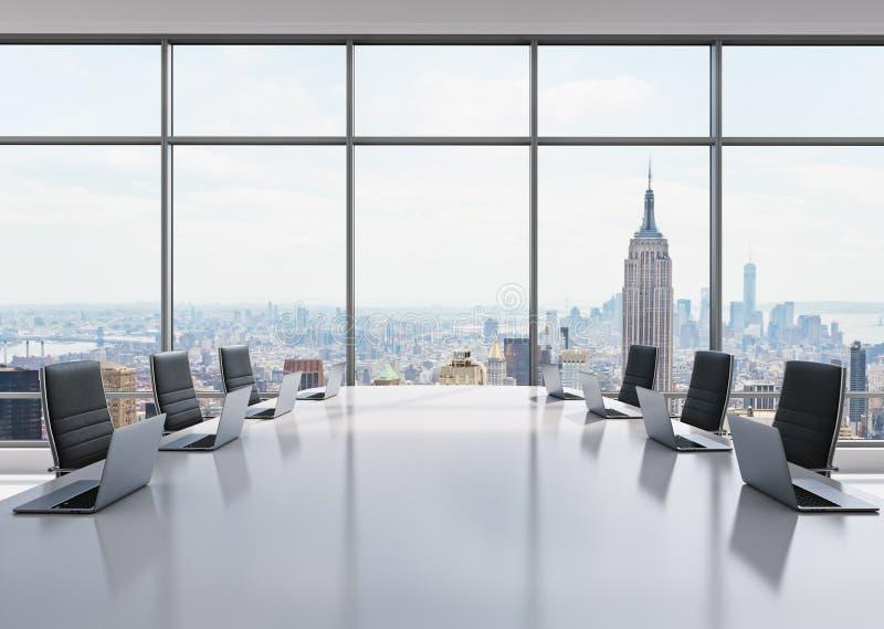 Uma sala de conferências equipada por portáteis modernos em um escritório panorâmico moderno em New York Cadeiras de couro pretas ilustração stock