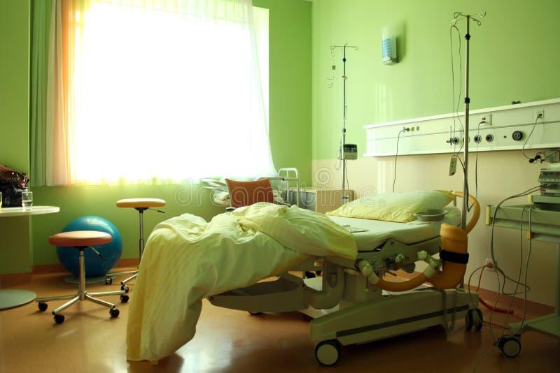 Uma sala de hospital com uma cama e algum equipamento fotos de stock