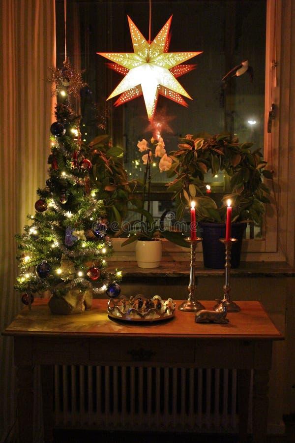 Uma sala de visitas caseiro e Natal-decorada imagem de stock royalty free
