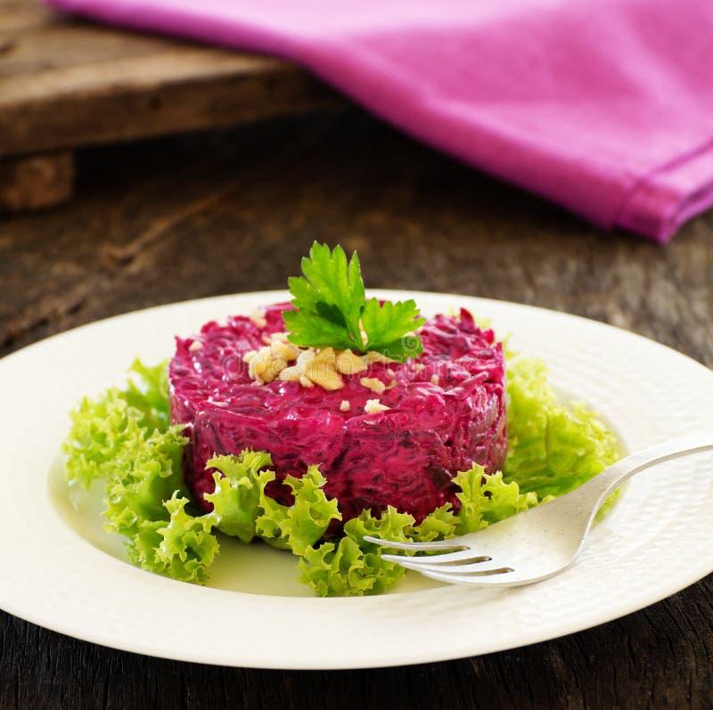 Uma salada das beterrabas e das porcas imagem de stock